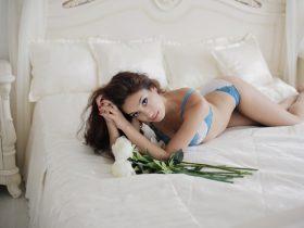 ベッドに横たわるセクシーな女性