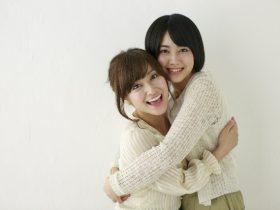 抱き合う女性2人組